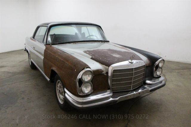 1970 Mercedes-Benz 200-Series Low Grille