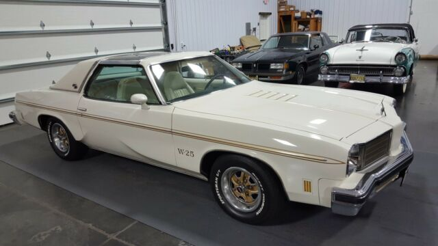1975 White Oldsmobile 442 Coupe with White interior