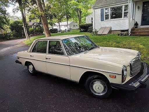 1976 Mercedes-Benz 200-Series Sedan