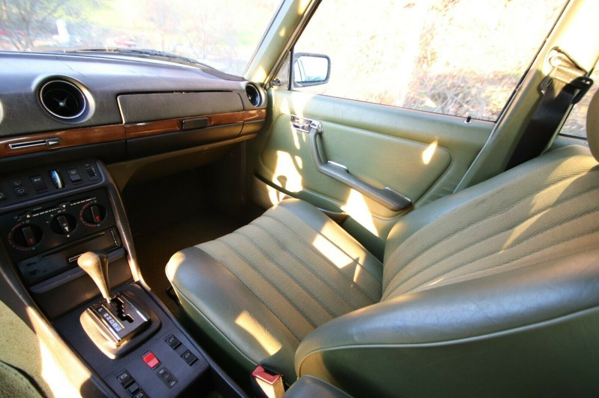 1980 Green Mercedes-Benz 300-Series W123 300TD 300 TD TDT 300TDT Wagon with Green interior