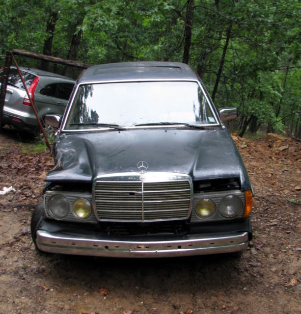 1984 Mercedes-Benz 300-Series Damaged front fender... not operable