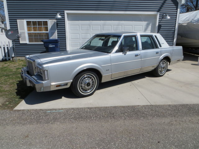 1987 Lincoln Town Car Signature Sedan 4-Door