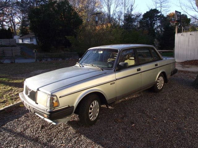 1988 VOLVO 240 DL, RUNS AND DRIVES GOOD,VERY DEPENDABLE VOLVO,COLLECTIBLE VOLVO