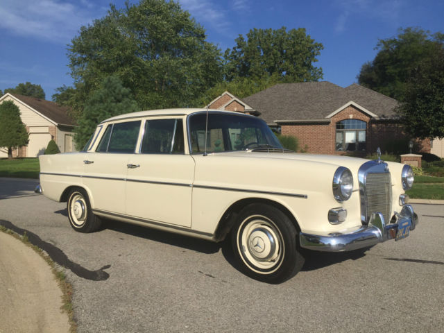 1966 Mercedes-Benz 200-Series Manual 4-Speed Leather